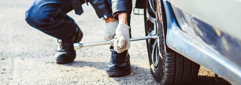 תמונת נושא עבור: במסגרת עבודתי כאיש שירות תיקון וחילוץ רכבים, החלפתי גלגל ברכב שנתקע בנסיעה ונפצעתי בכתף תוך כדי, האם הפציעה נחשבת כתאונת דרכים?